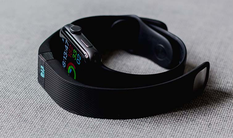 Connected wristband with GPS and heart rate monitor